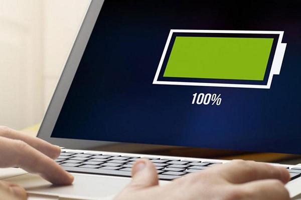 Vừa dùng laptop vừa sạc pin có sao không?