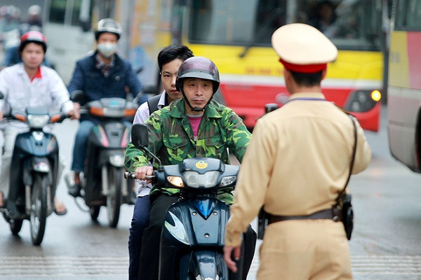 Người ngồi sau xe mô tô xe máy không đội mũ bảo hiểm sẽ bị xử phạt
